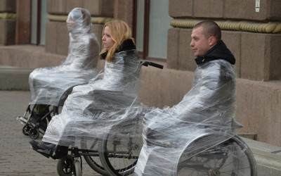 Инвалиды-колясочники обмотали себя пищевой пленкой