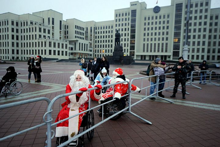 Мингорисполком объяснил, почему инвалидов-колясочников не пустили на шествие Дедов Морозов