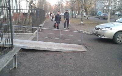 В Брянске пандусом перегородили пешеходный тротуар