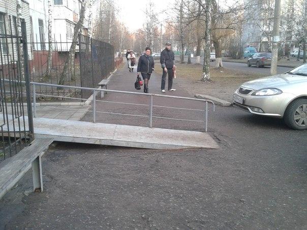 пандусом перегородили пешеходный тротуар