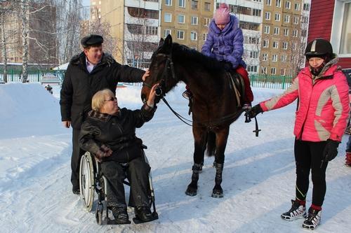 В Кемерове дети-инвалиды бесплатно покатались на лошадях1