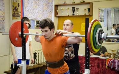 «Знаешь, что можешь». Юноша без кистей рук ставит рекорды в пауэрлифтинге