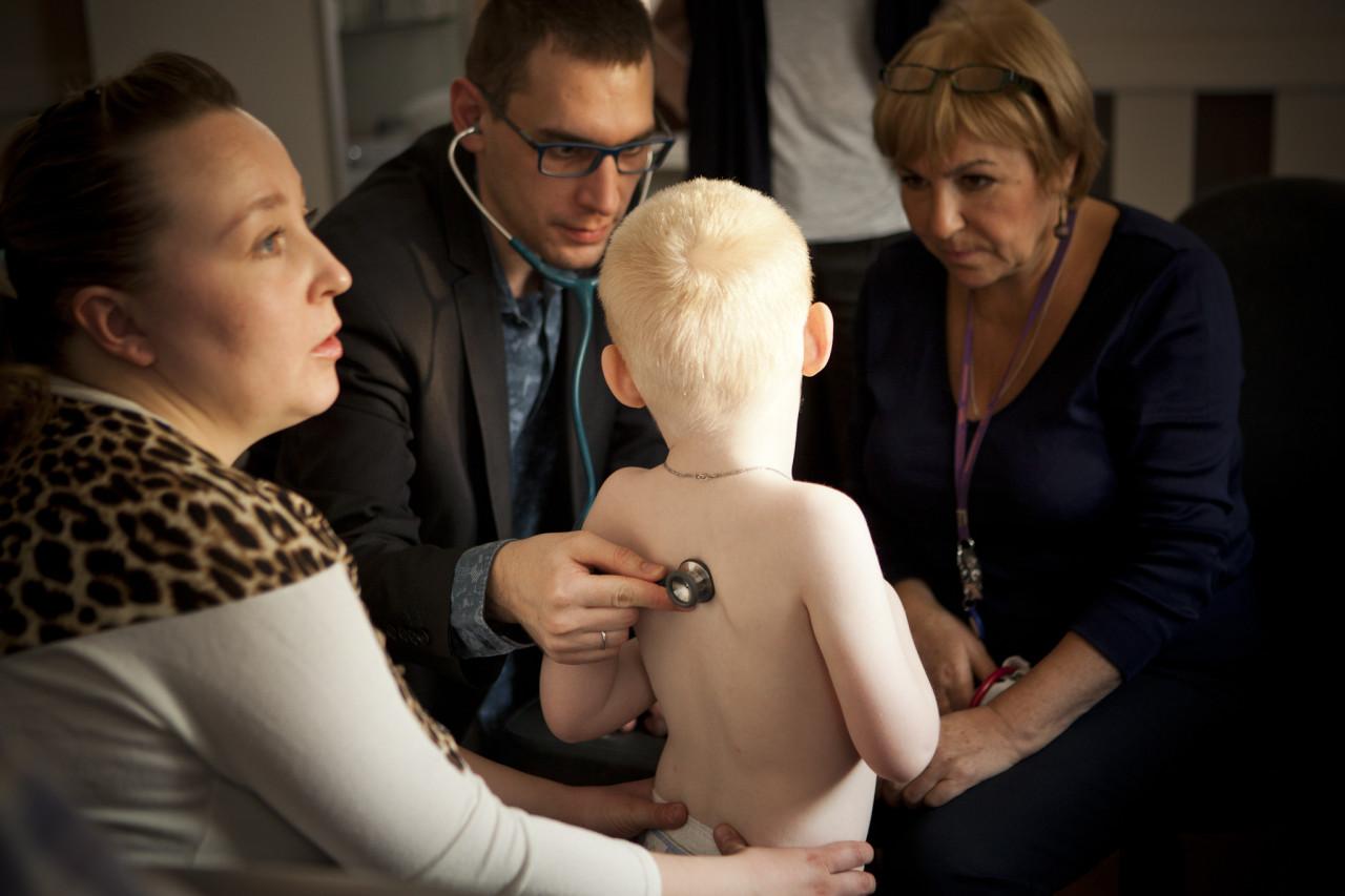 Консилиум в клинике GMS. Врачи Наталья Белова (справа) и Федор Катасонов смотрят ребенка с предполагаемым синдромом Ангельмана. фото: Ольга Павлова