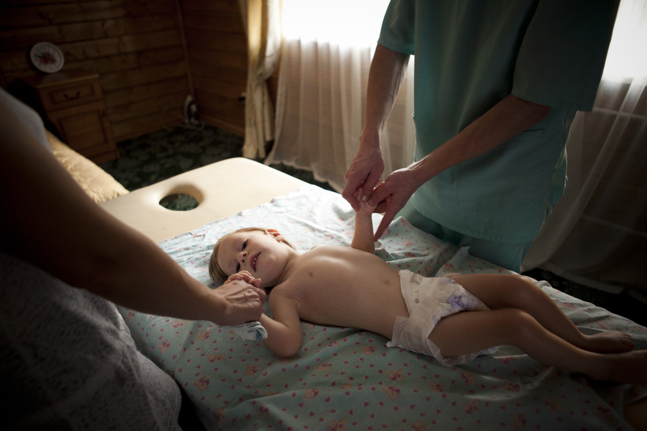 Не существует такого ребенка с церебральным параличом, которому никогда не делали бы массажа. Между тем многим детям с ДЦП массаж непоказан и даже вреден.параличом, которому никогда не делали бы массажа. Между тем многим детям с ДЦП массаж непоказан и даже вреден.