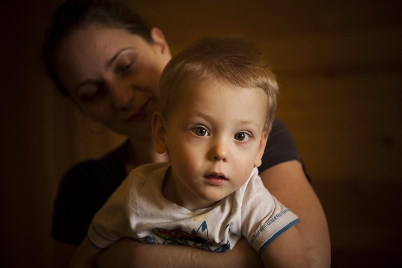Особенности своего ребенка мама, как правило, принимает в одиночестве. Весь мир вокруг продолжает особенного ребенка отвергать. Фото: Ольга Павлова