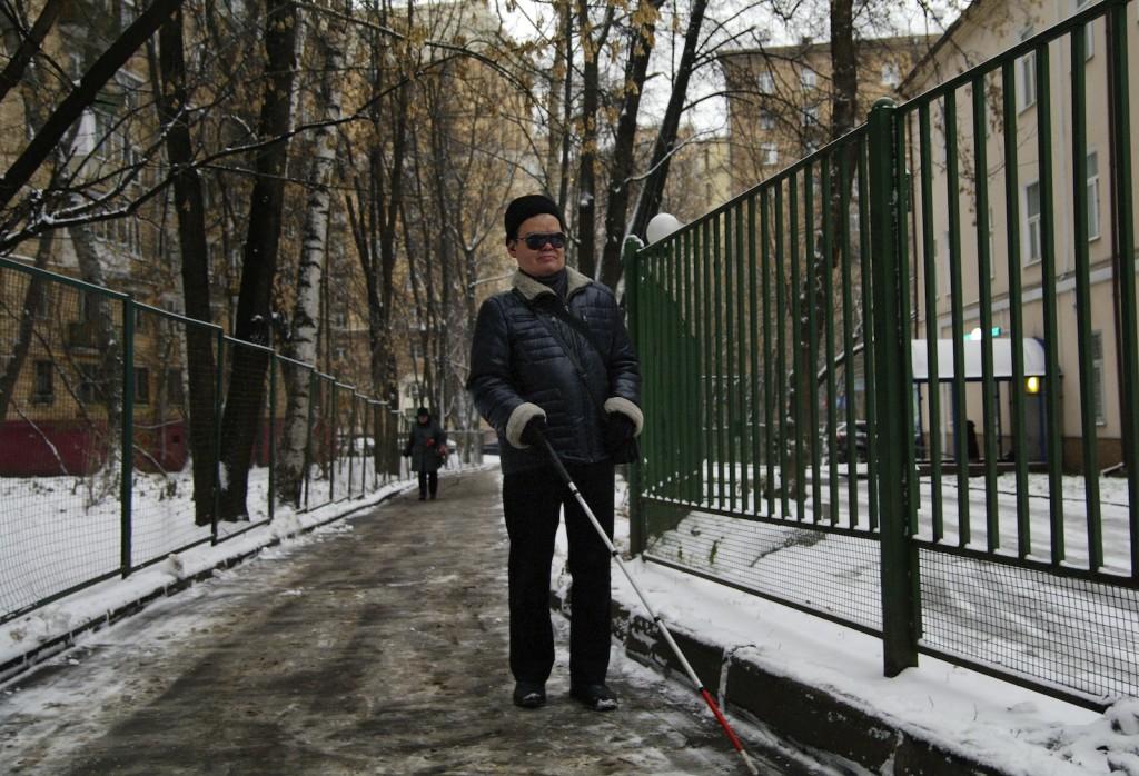 Фото: Филиппо Валоти Алебарди / МОСЛЕНТА Сергей Флейтин идет по своему привычному маршруту от работы до метро
