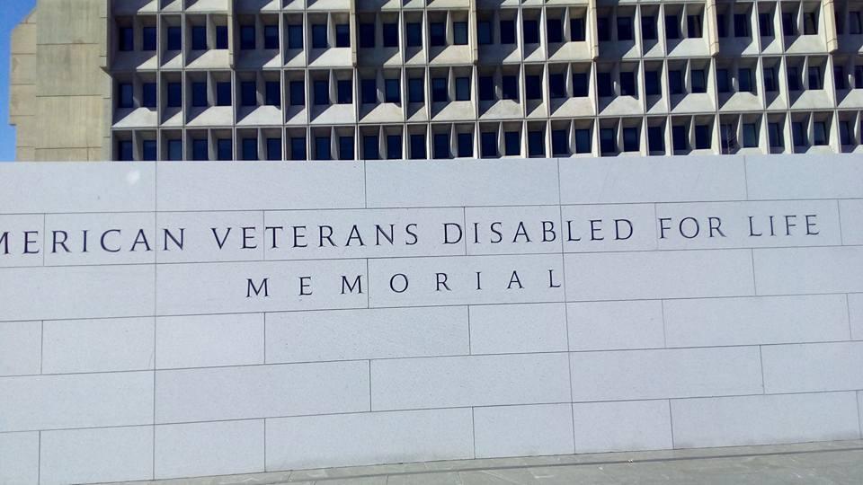 Все знают, что в Вашингтоне множество мемориалов. Мемориалы ветеранам войн, президентам... Это самый новый мемориал. Он построен в прошлом году и посвящен ветеранам всех войн, не погибшим, но ставших инвалидами.