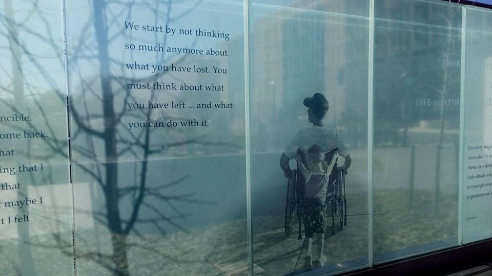 Это стеклянная стена мемориала. На ней написано: Надо начать с того, чтобы перестать думать о том, что ты потерял.Надо начать думать о том, что у тебя осталось... и что ты можешь с этим сделать