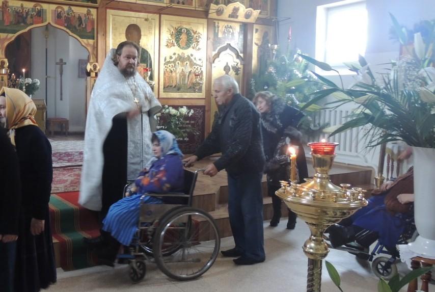 Инвалиды-из-дома-престарелых-на-Литургии