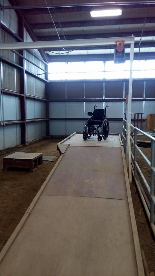 У меня всегда возникал вопрос, как пересаживают человека из коляски на лошадь? Здесь и это предусмотрено! Есть специальный механический подъемник.