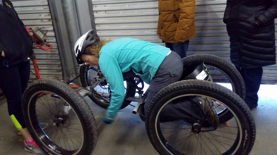 Энн, инструктор по велоспорту, демонстрирует как можно ездить на велосипеде без ног, управляя руками. Кстати, здесь же я познакомилась с девушкой, которая активно занимается велоспортом именно на таком велосипеде и участвует в соревнованиях, которые регулярно проводятся в США.