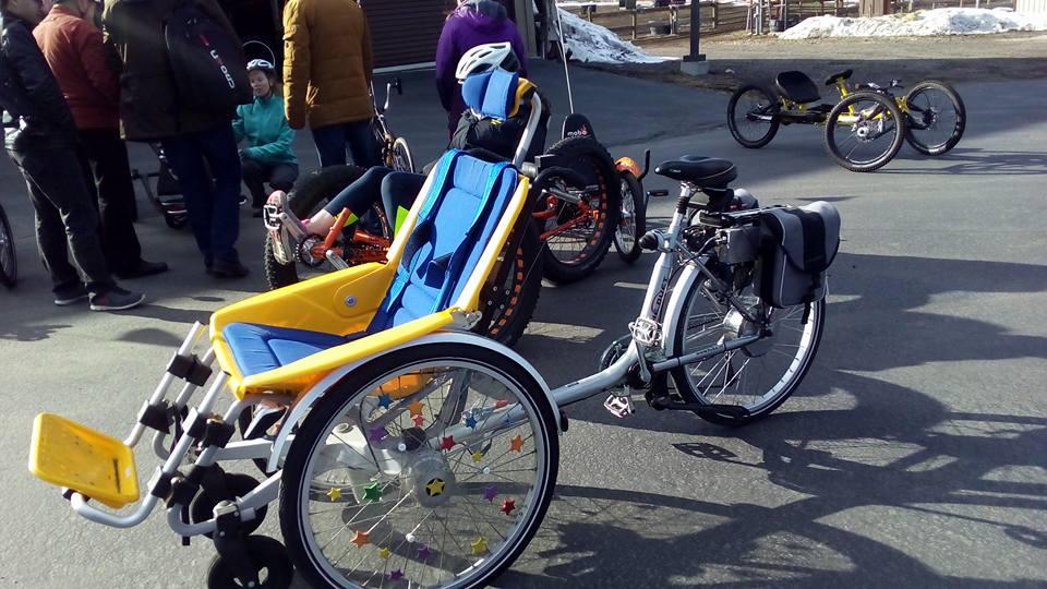 """Everybody can ride!""""(Все могут кататься) - так здесь говорят. Даже если у ребенка совсем не функционируют конечности, он может кататься на такой модели. Красивая природа, свежий горный воздух в лицо и ты едешь на велосипеде вместе со своей любимой мамой! Счастье есть!"""
