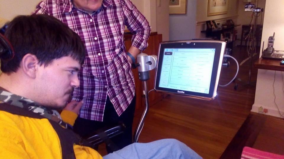 """Общается Марк с помощью компьютера с синтезатором речи, который крепится к его коляске и озвучивает все, что Марк пишет на экране. А """"пишет"""" он с помощью джойстика, которым он управляет головой, т.к. не может делать это руками."""