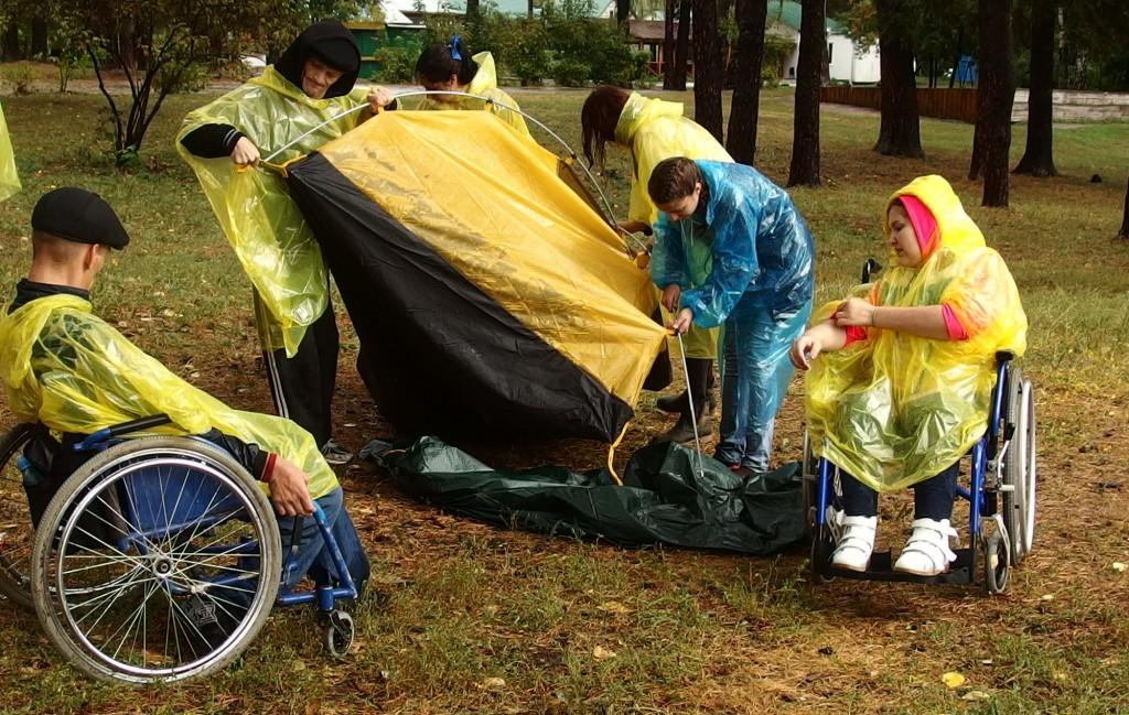 Волонтеры показывают, как ставить палатку. Фото автора